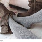 Frau zieht Schuhe aus - Herbst- & Wintermode